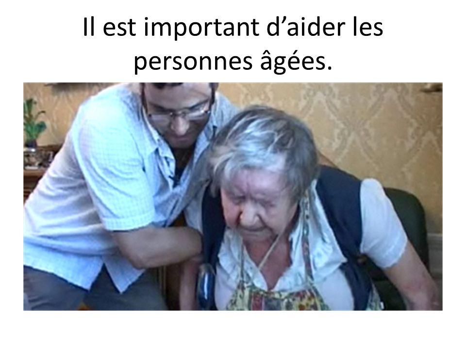 Il est important daider les personnes âgées.