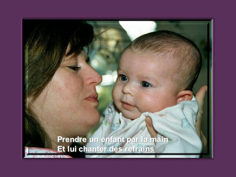 Verser des larmes en étouffant sa joie, Prendre un enfant contre soi.