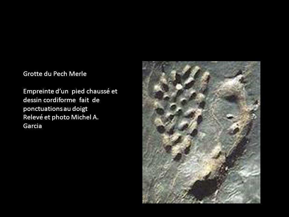 Grotte du Pech Merle Empreinte dun pied chaussé et dessin cordiforme fait de ponctuations au doigt Relevé et photo Michel A. Garcia
