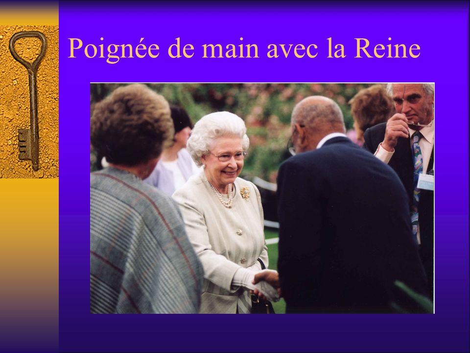 Poignée de main avec la Reine