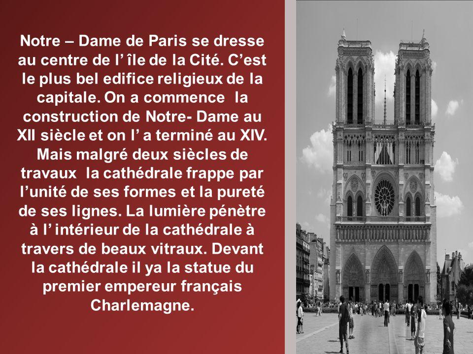 Notre – Dame de Paris se dresse au centre de l île de la Cité.