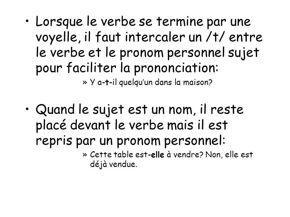 Lorsque le verbe se termine par une voyelle, il faut intercaler un /t/ entre le verbe et le pronom personnel sujet pour faciliter la prononciation: »Y