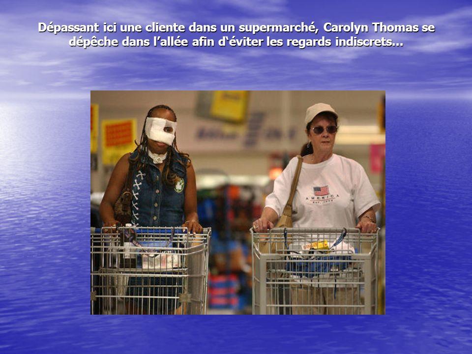 Dépassant ici une cliente dans un supermarché, Carolyn Thomas se dépêche dans lallée afin déviter les regards indiscrets...