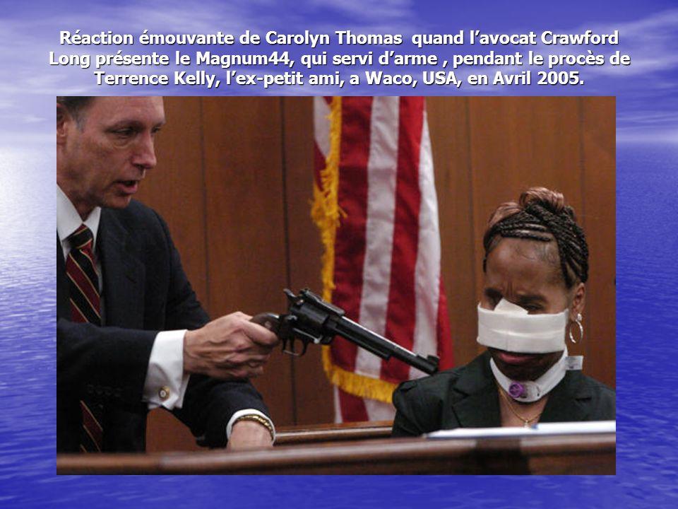 Réaction émouvante de Carolyn Thomas quand lavocat Crawford Long présente le Magnum44, qui servi darme, pendant le procès de Terrence Kelly, lex-petit ami, a Waco, USA, en Avril 2005.