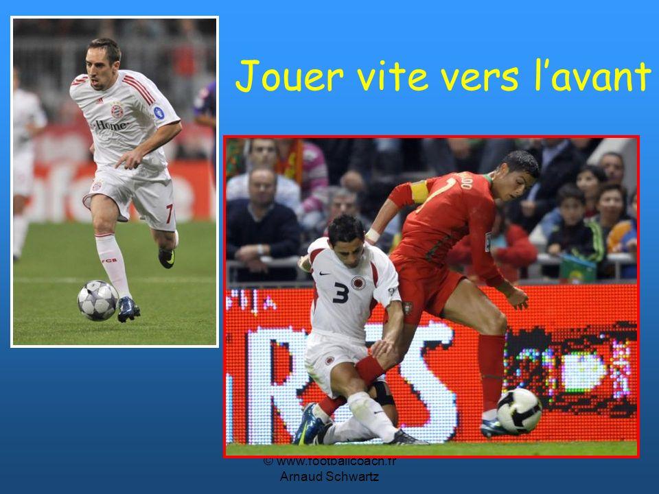 © www.footballcoach.fr Arnaud Schwartz Devant un maximum de risques et de conviction