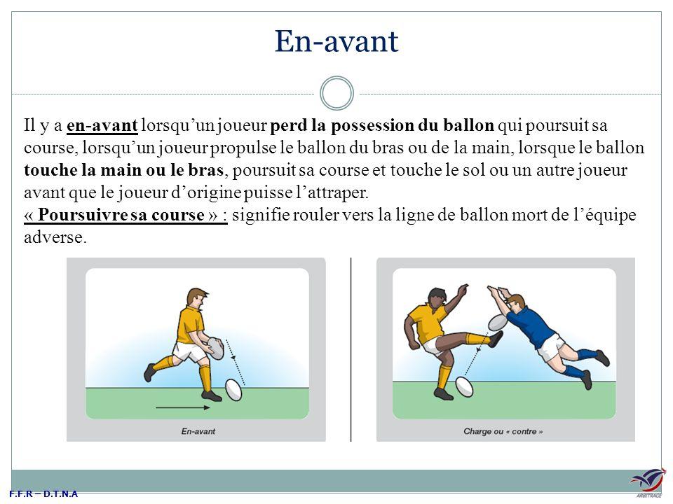 F.F.R – D.T.N.A En-avant Il y a en-avant lorsquun joueur perd la possession du ballon qui poursuit sa course, lorsquun joueur propulse le ballon du br