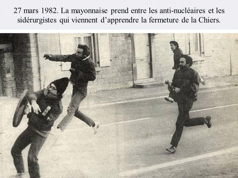 27 mars 1982. La mayonnaise prend entre les anti-nucléaires et les sidérurgistes qui viennent dapprendre la fermeture de la Chiers.