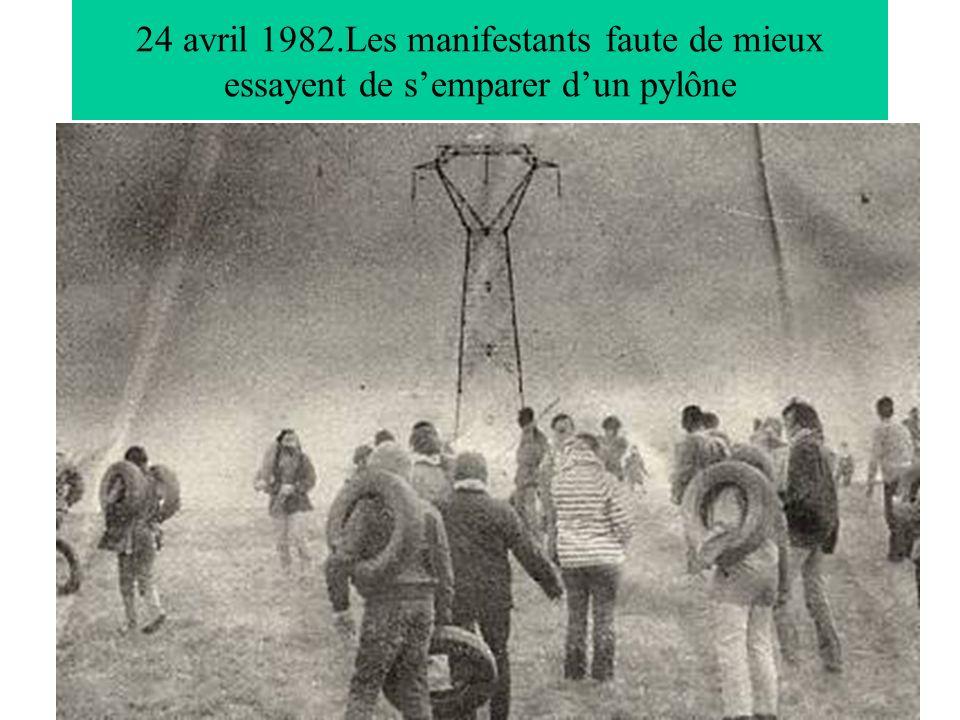 24 avril 1982.Les manifestants faute de mieux essayent de semparer dun pylône