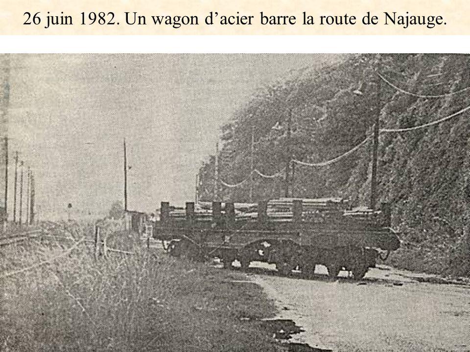 26 juin 1982. Un wagon dacier barre la route de Najauge.