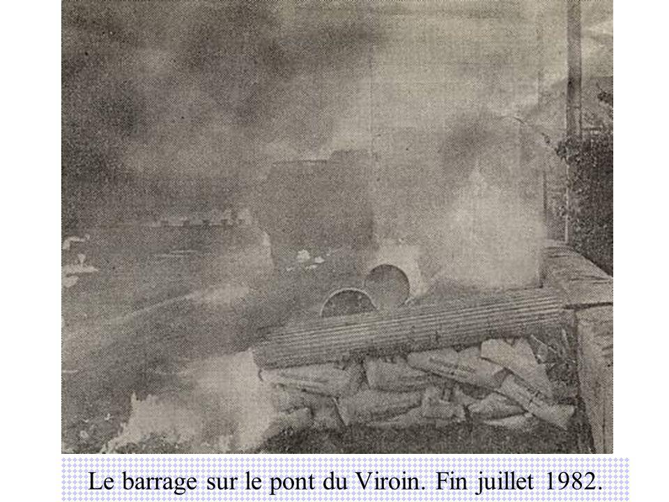Le barrage sur le pont du Viroin. Fin juillet 1982.