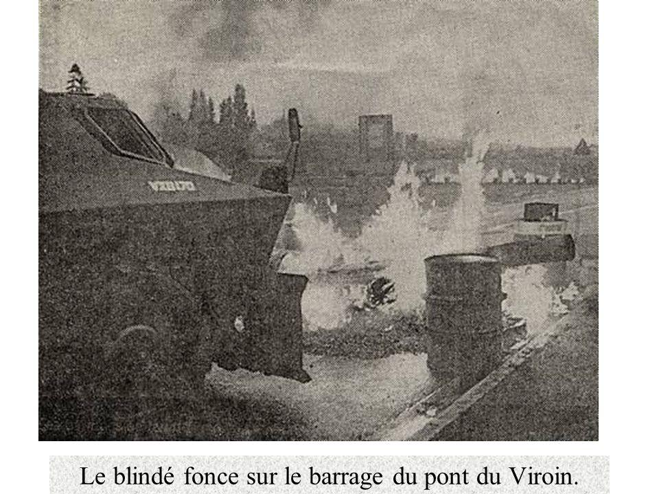 Le blindé fonce sur le barrage du pont du Viroin.