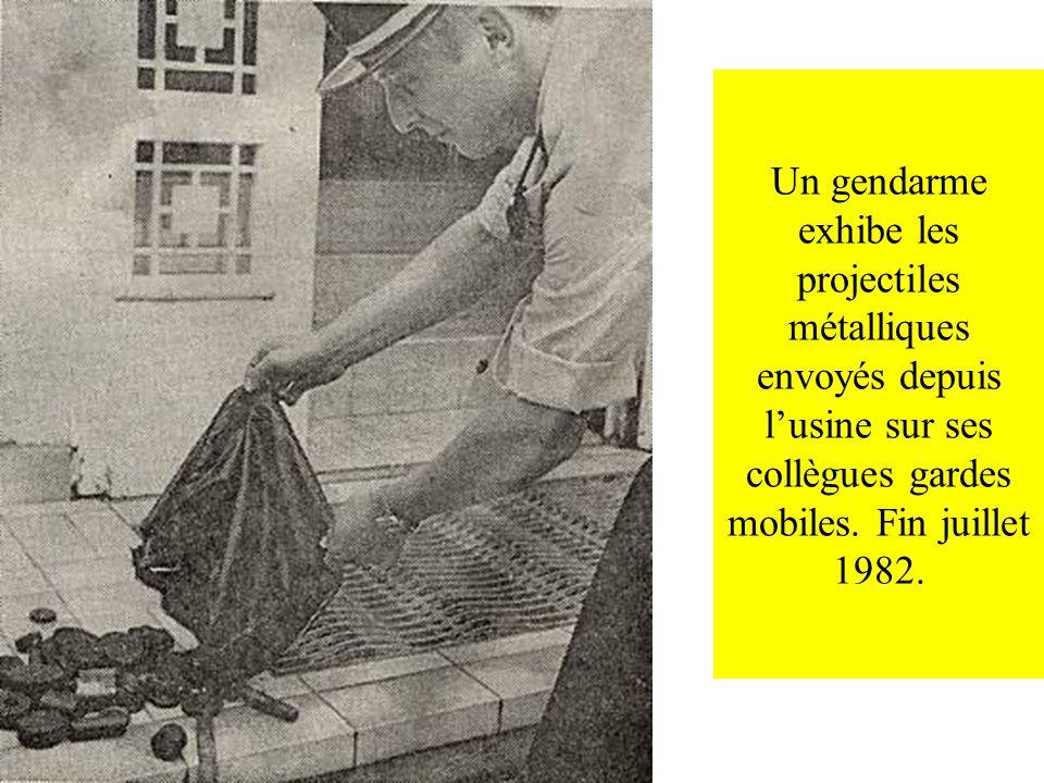 Un gendarme exhibe les projectiles métalliques envoyés depuis lusine sur ses collègues gardes mobiles. Fin juillet 1982.