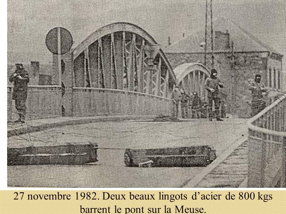 27 novembre 1982. Deux beaux lingots dacier de 800 kgs barrent le pont sur la Meuse.