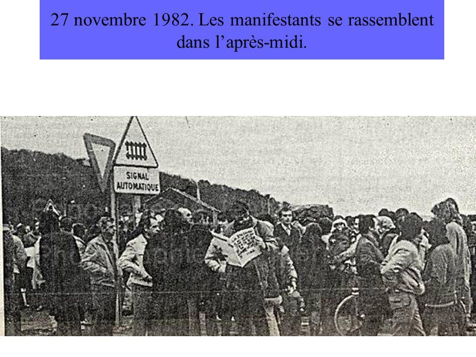 27 novembre 1982. Les manifestants se rassemblent dans laprès-midi.