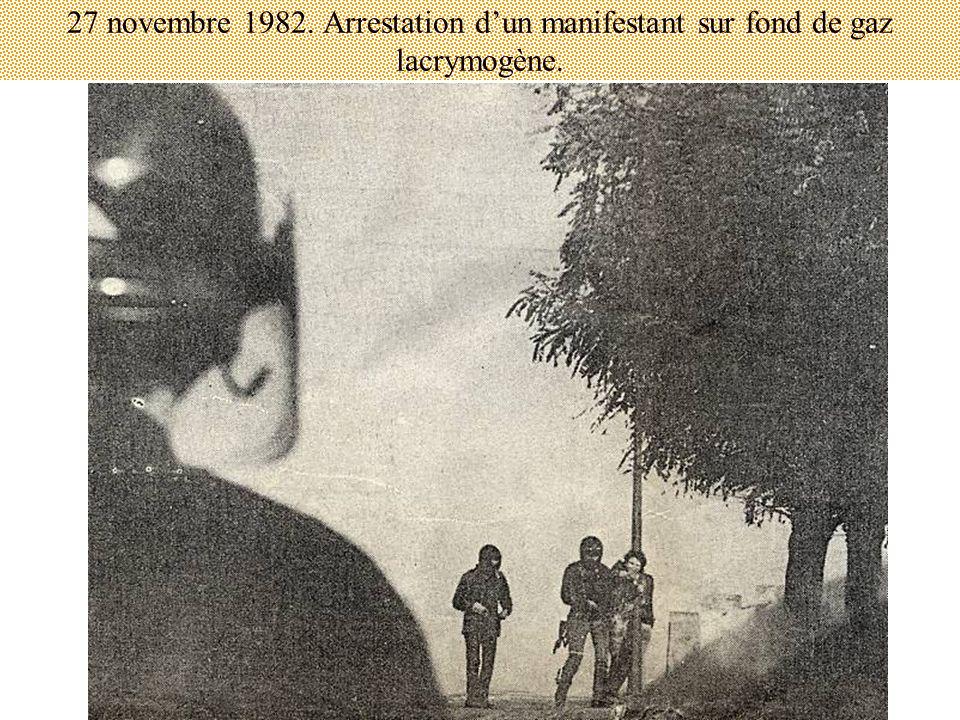 27 novembre 1982. Arrestation dun manifestant sur fond de gaz lacrymogène.
