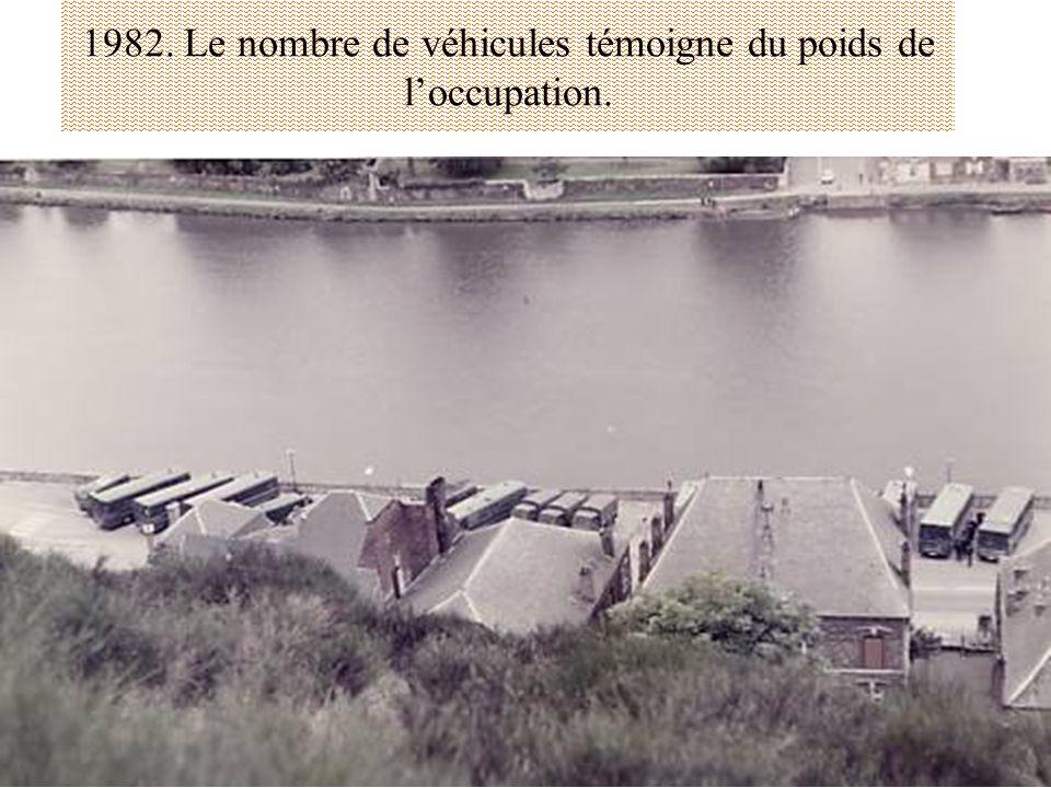 1982. Le nombre de véhicules témoigne du poids de loccupation.