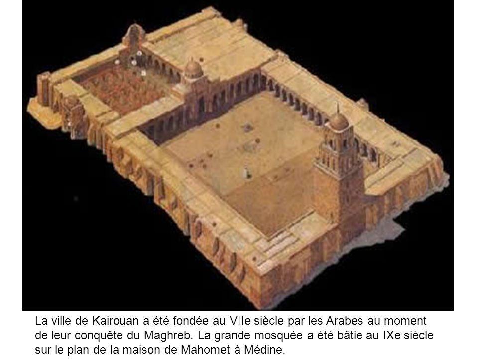 La ville de Kairouan a été fondée au VIIe siècle par les Arabes au moment de leur conquête du Maghreb. La grande mosquée a été bâtie au IXe siècle sur