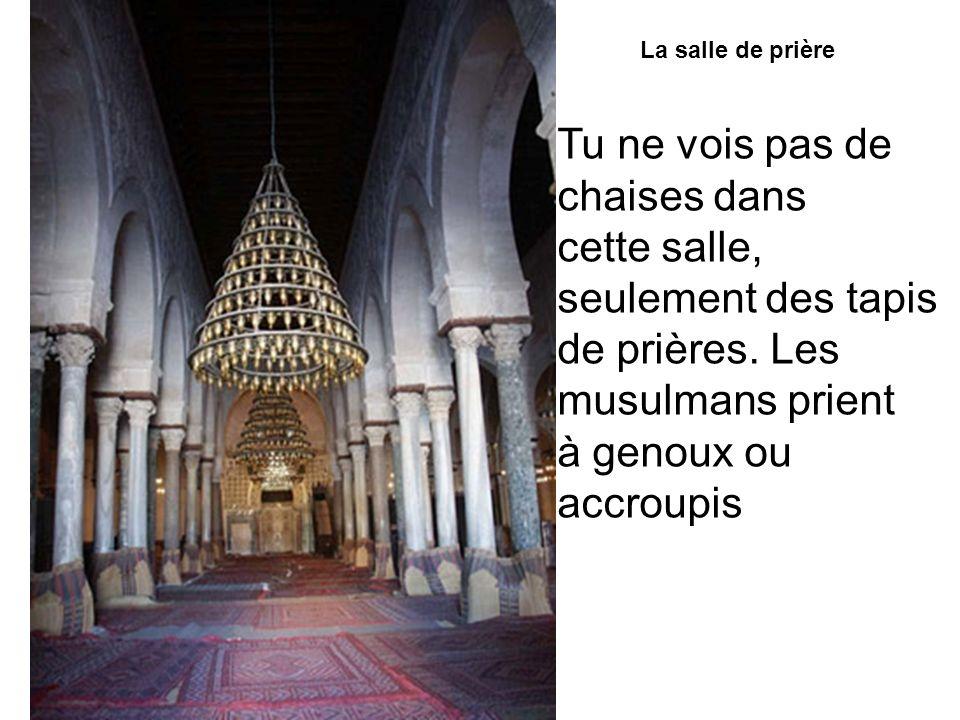 La salle de prière Tu ne vois pas de chaises dans cette salle, seulement des tapis de prières. Les musulmans prient à genoux ou accroupis