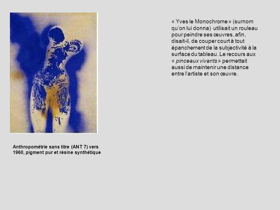 « Yves le Monochrome » (surnom quon lui donna) utilisait un rouleau pour peindre ses œuvres, afin, disait-il, de couper court à tout épanchement de la subjectivité à la surface du tableau.