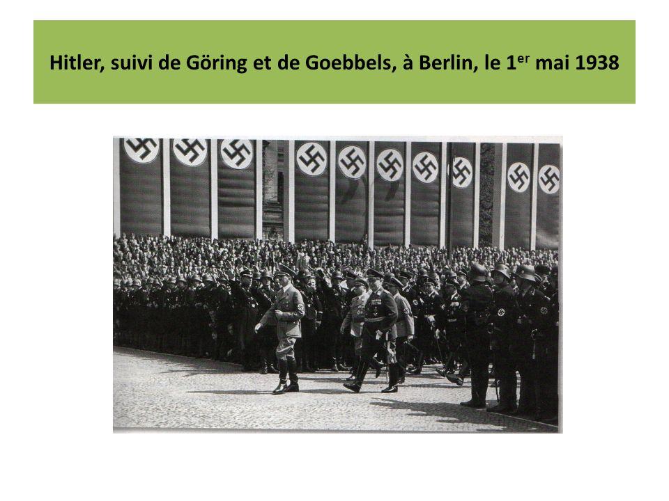 Hitler, suivi de Göring et de Goebbels, à Berlin, le 1 er mai 1938