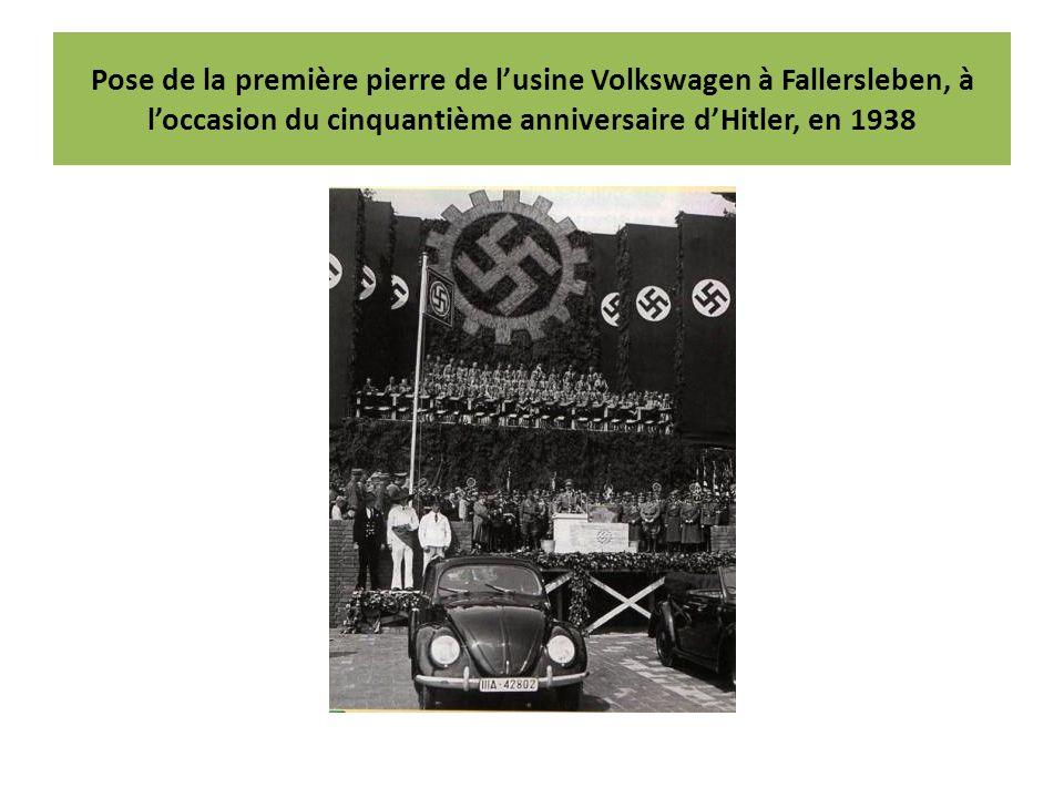 Pose de la première pierre de lusine Volkswagen à Fallersleben, à loccasion du cinquantième anniversaire dHitler, en 1938