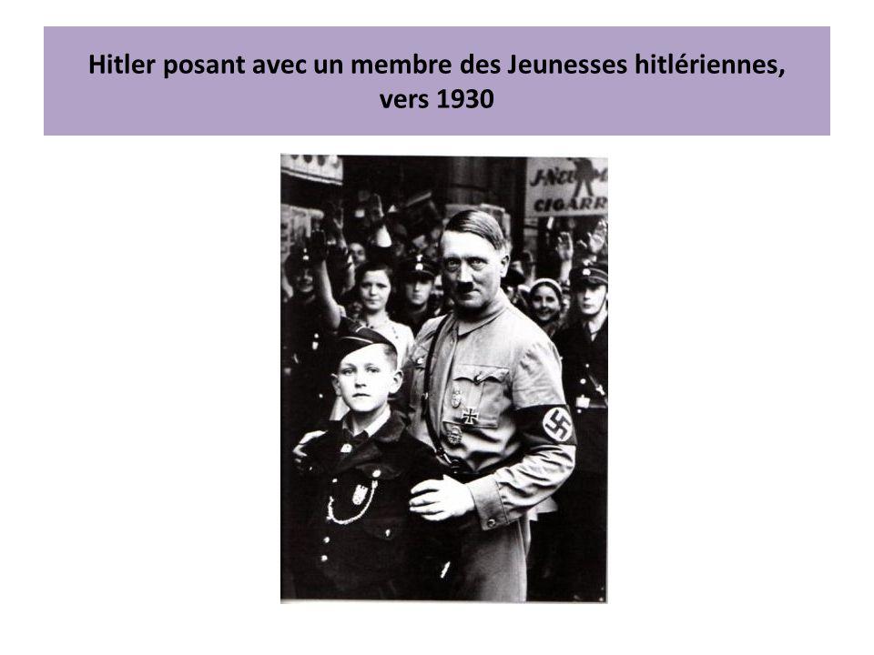 Hitler posant avec un membre des Jeunesses hitlériennes, vers 1930