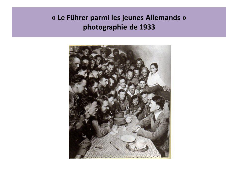 « Le Führer parmi les jeunes Allemands » photographie de 1933