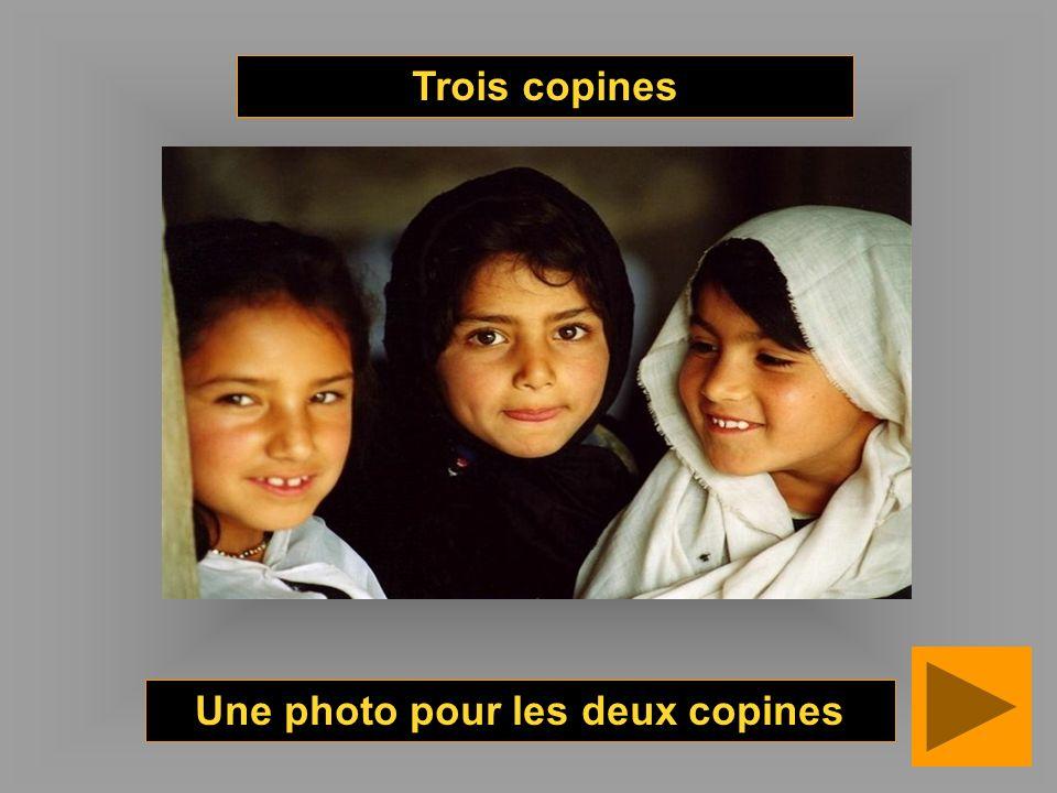 Une photo pour les deux copines Trois copines