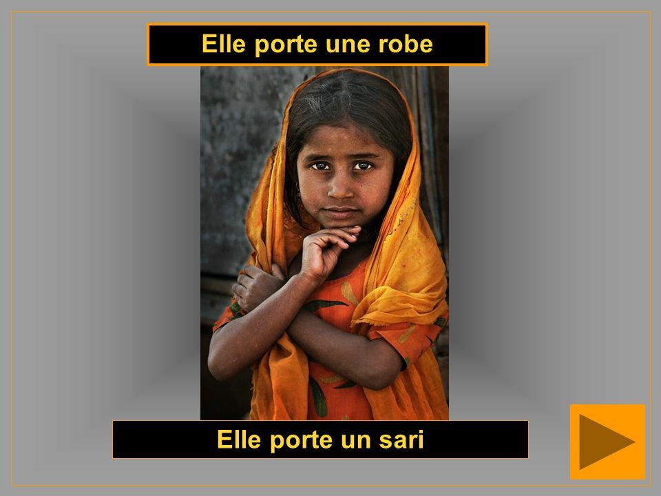Elle porte une robe Elle porte un sari