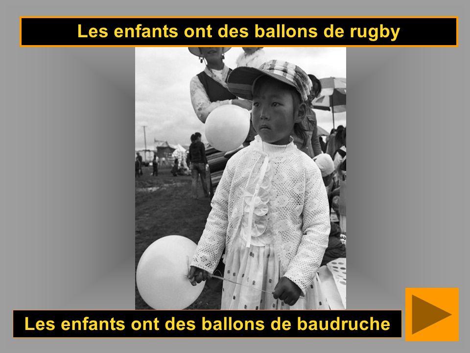 Les enfants ont des ballons de rugby Les enfants ont des ballons de baudruche