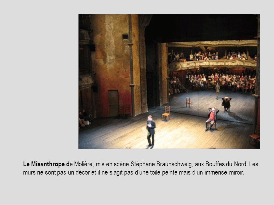 Le Misanthrope d e Molière, mis en scène Stéphane Braunschweig, aux Bouffes du Nord. Les murs ne sont pas un décor et il ne sagit pas dune toile peint
