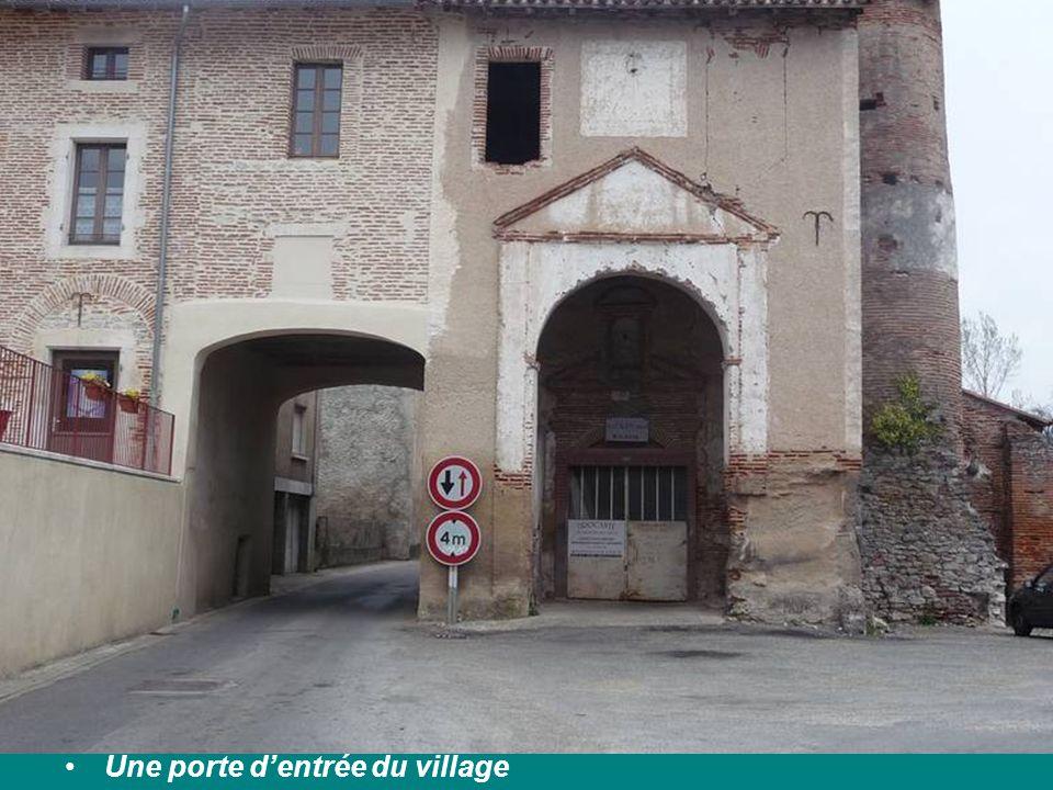 Une porte dentrée du village
