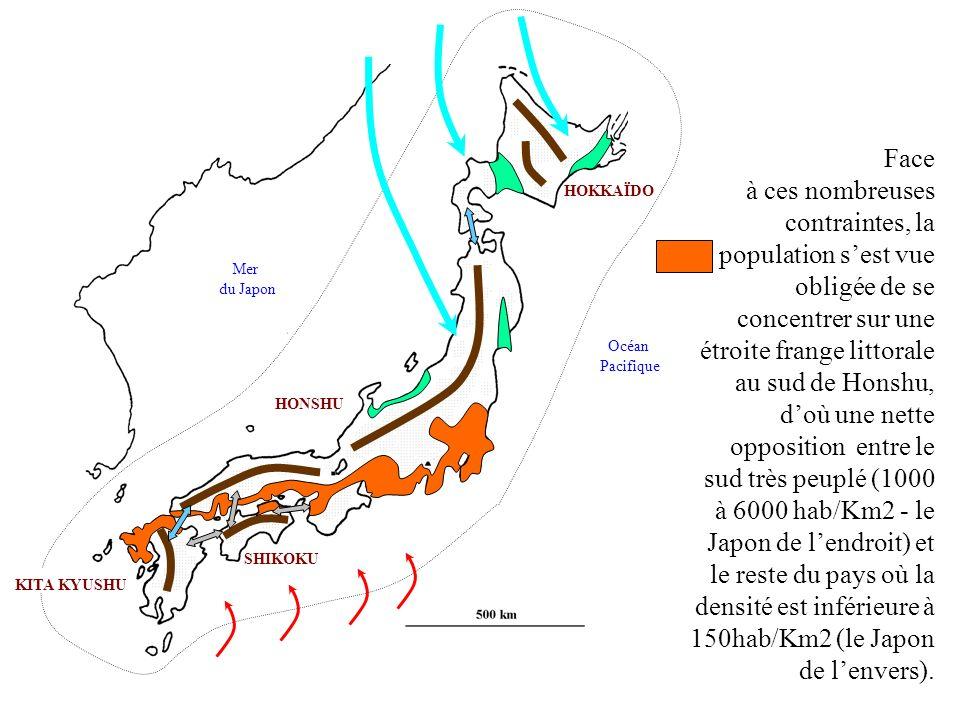 HONSHU KITA KYUSHU SHIKOKU HOKKAÏDO Mer du Japon Océan Pacifique Face à ces nombreuses contraintes, la population sest vue obligée de se concentrer su