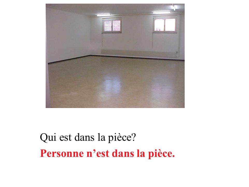 Qui danse dans la pièce? Personne ne danse dans la pièce.