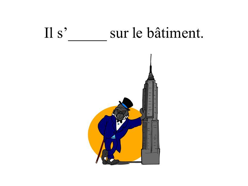 Il s_____ sur le bâtiment.