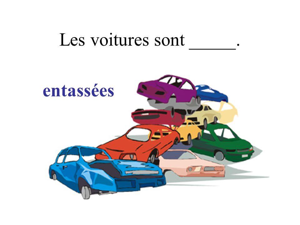 Les voitures sont _____. entassées