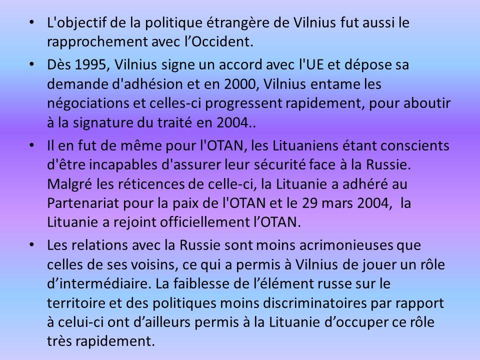 L'objectif de la politique étrangère de Vilnius fut aussi le rapprochement avec lOccident. Dès 1995, Vilnius signe un accord avec l'UE et dépose sa de