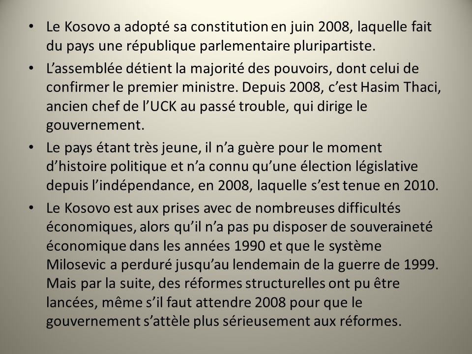 d Le Kosovo a adopté sa constitution en juin 2008, laquelle fait du pays une république parlementaire pluripartiste. Lassemblée détient la majorité de