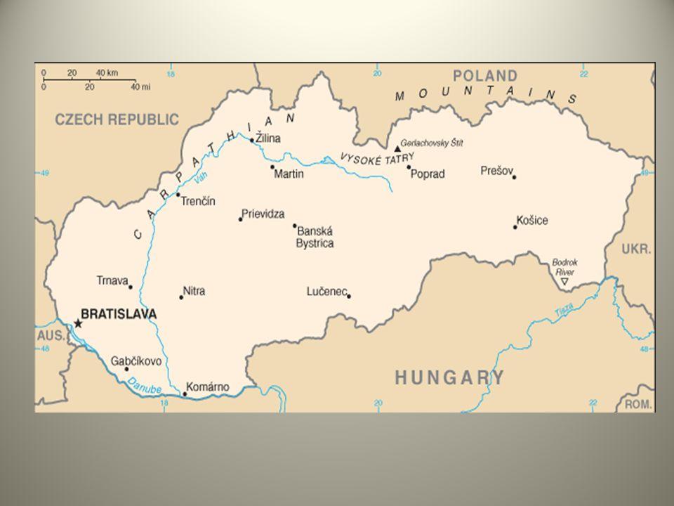 La zone montagneuse du nord comprend des sommets relativement hauts, comme les Hautes Tatras (2 655 mètres daltitude) et les Basses Tatras (2 043 mètres) et diminue graduellement en descendant vers le sud, en direction de la plaine hongroise.
