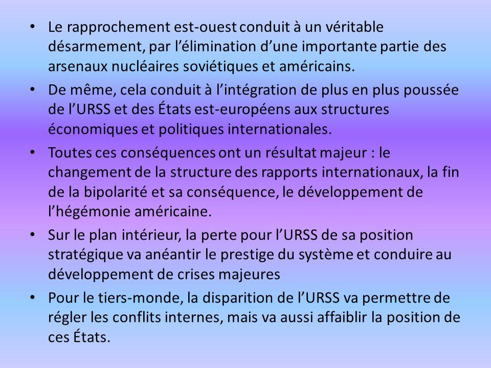 Le rapprochement est-ouest conduit à un véritable désarmement, par lélimination dune importante partie des arsenaux nucléaires soviétiques et américains.