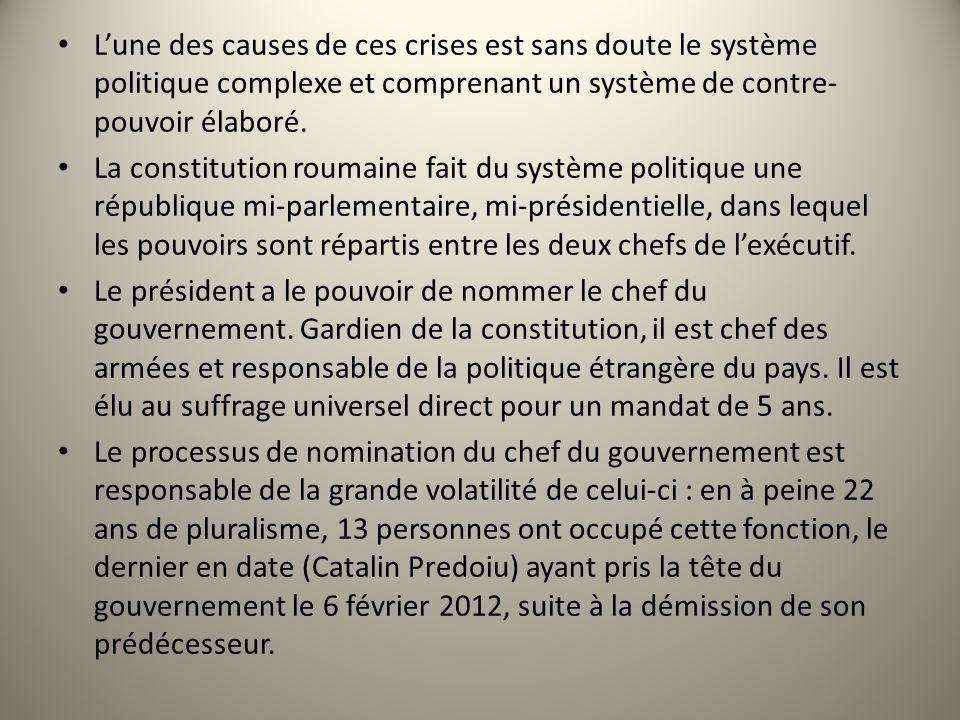 Lune des causes de ces crises est sans doute le système politique complexe et comprenant un système de contre- pouvoir élaboré. La constitution roumai