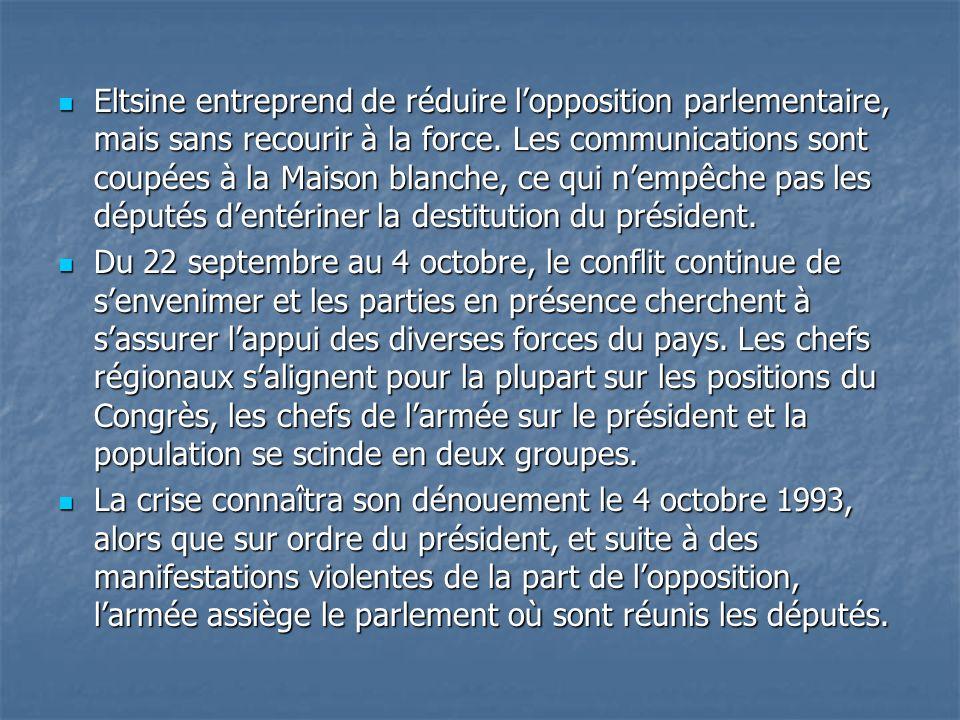Eltsine entreprend de réduire lopposition parlementaire, mais sans recourir à la force. Les communications sont coupées à la Maison blanche, ce qui ne
