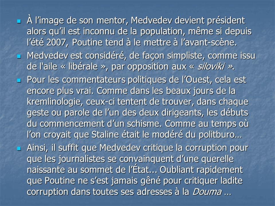 À limage de son mentor, Medvedev devient président alors quil est inconnu de la population, même si depuis lété 2007, Poutine tend à le mettre à lavan