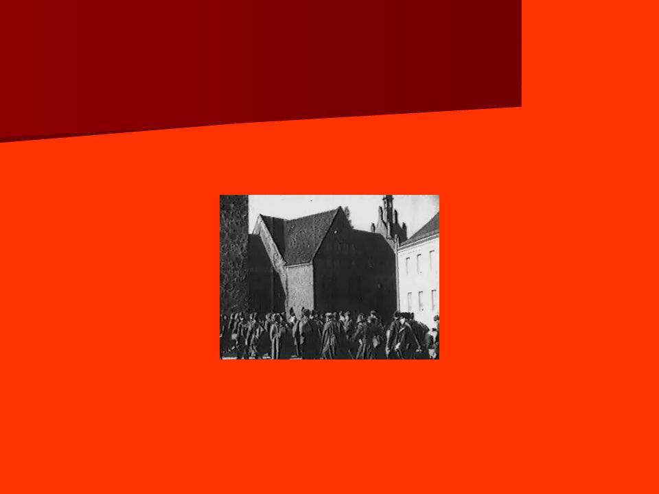 2.2 – Le XX e congrès du PCUS et la déstalinisation - Même sans le fameux discours secret, le congrès aurait été important : on admet la possibilité darriver au socialisme autrement quen URSS et le discours de Mikoïan, sans critiquer Staline, condamne certaines des tendances au sein du parti : centralisme, culte des chefs, etc.
