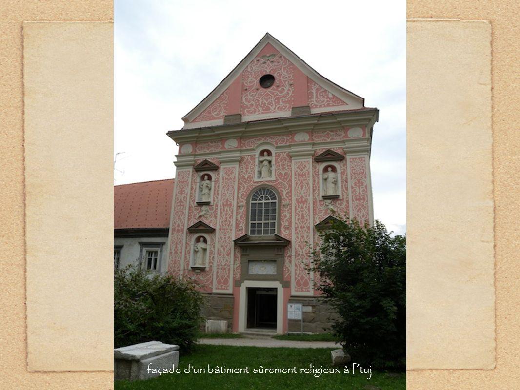 façade dun bâtiment sûrement religieux à Ptuj