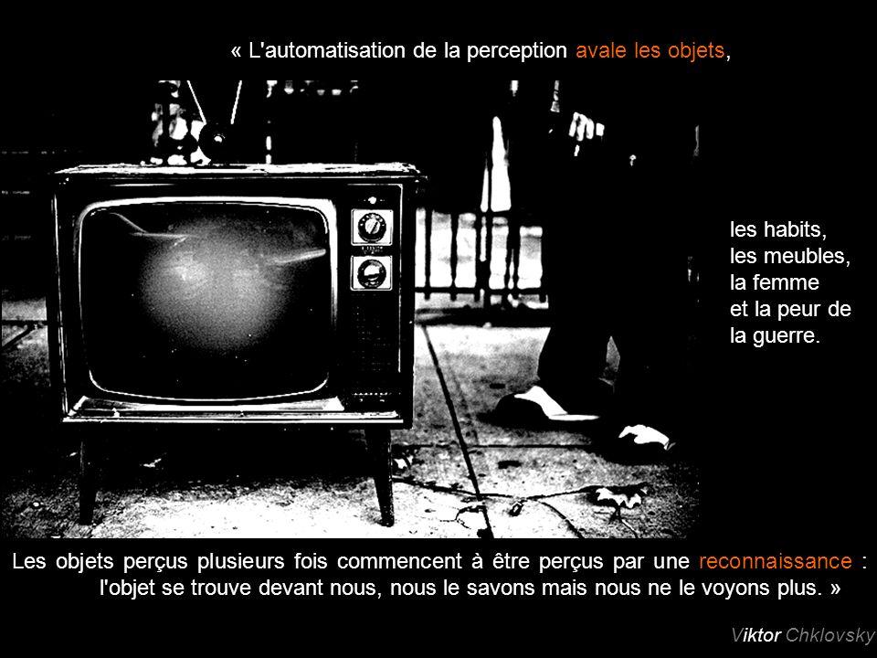 « L automatisation de la perception avale les objets, Les objets perçus plusieurs fois commencent à être perçus par une reconnaissance : l objet se trouve devant nous, nous le savons mais nous ne le voyons plus.