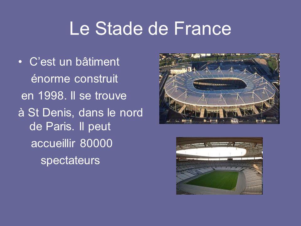Le Stade de France Cest un bâtiment énorme construit en 1998. Il se trouve à St Denis, dans le nord de Paris. Il peut accueillir 80000 spectateurs