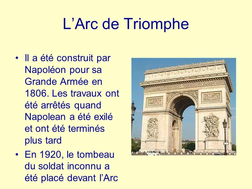 LArc de Triomphe Il a été construit par Napoléon pour sa Grande Armée en 1806. Les travaux ont été arrêtés quand Napolean a été exilé et ont été termi
