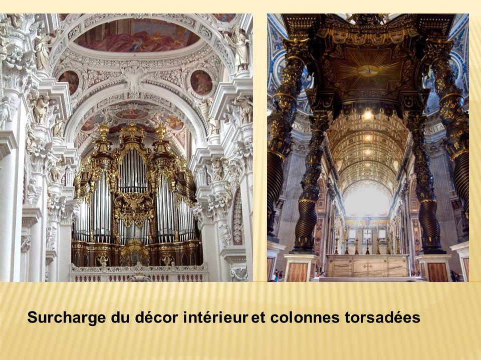 Surcharge du décor intérieur et colonnes torsadées