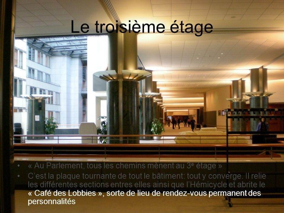 Le troisième étage « Au Parlement, tous les chemins mènent au 3 e étage » Cest la plaque tournante de tout le bâtiment: tout y converge. Il relie les
